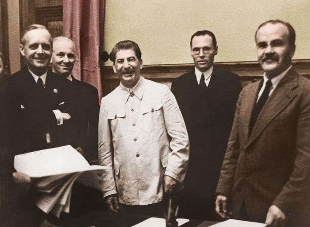 Joachim Ribbentrop (vas.), Andor Hencke, Josif Stalin, Gustav Hilger ja Vjatšeslav Molotov Saksan ja Neuvostoliiton välisen hyökkäämättömyyssopimuksen (Molotov–Ribbentrop-sopimus) allekirjoituksen jälkeen 23. elokuuta 1939 Kremlissä. Sopimuksen salaisessa lisäpöytäkirjassa Suomi jätettiin Neuvostoliiton etupiiriin. Kuva on myöhemmin väritetty.