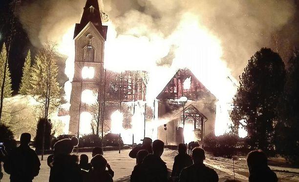 Päivystävän palomestarin mukaan Ylivieskan kirkon paloa epäillään tahallaan sytytetyksi.
