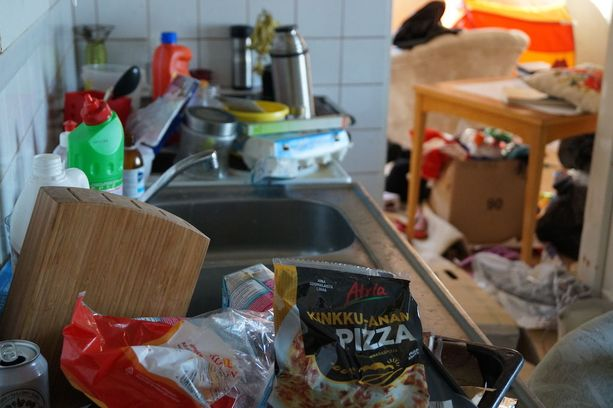 Monilapsinen perhe asui omakotitalossa käsittämättömän sotkun keskellä.