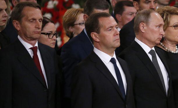 Duuman puhemiehen Sergei Naryshkinin (vas.) saapuminen Suomeen kiellettiin. Kuvassa lisäksi Venäjän pääministeri Dmitri Medvedev ja maan presidentti Vladimir Putin.