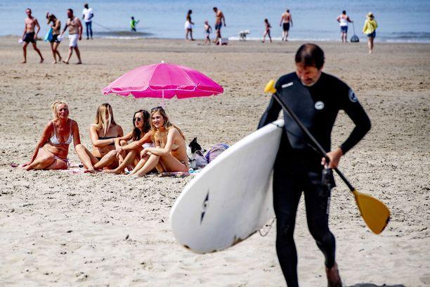 Hollantilaiset nauttivat viime viikonloppuna poikkeuksellisen kuumasta kesäsäästä Noordwijkin hiekkarannalla.