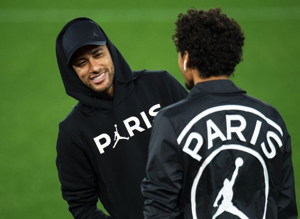 Neymar kävi maanantaina tutustumassa ikonisen Anfield Roadin nurmimattoon. (EPA / AOP)