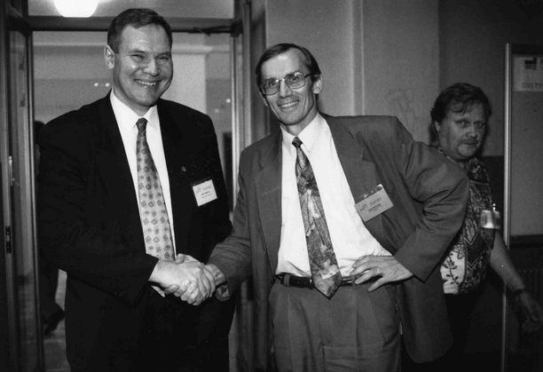 Elokuun 13. vuonna 1993. Paavo Lipponen nousi SDP:n johtoon sen jälkeen kun Ulf Sundqvist siirtyi sivuun taloussotkujensa takia. Onnittelijana Antti Kalliomäki.