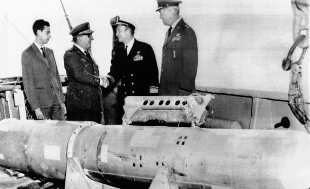 Espanjan Palomaresiin putosi tammikuussa 1966 neljä Yhdysvaltojen vetypommia. Kuvassa yksi lento-onnettomuudessa pudonneista pommeista.