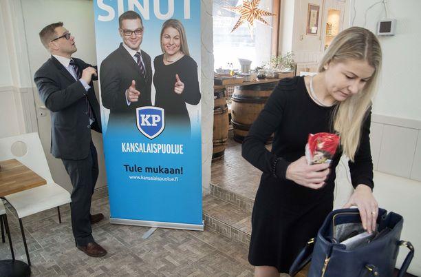 Kansalaispuolueen puheenjohtaja Sami Kilpeläinen ja varapuheenjohtaja Piia Kattelus yrittävät saada puolueensa eduskuntaan sinisten kanssa solmittujen vaaliliittojen avulla.