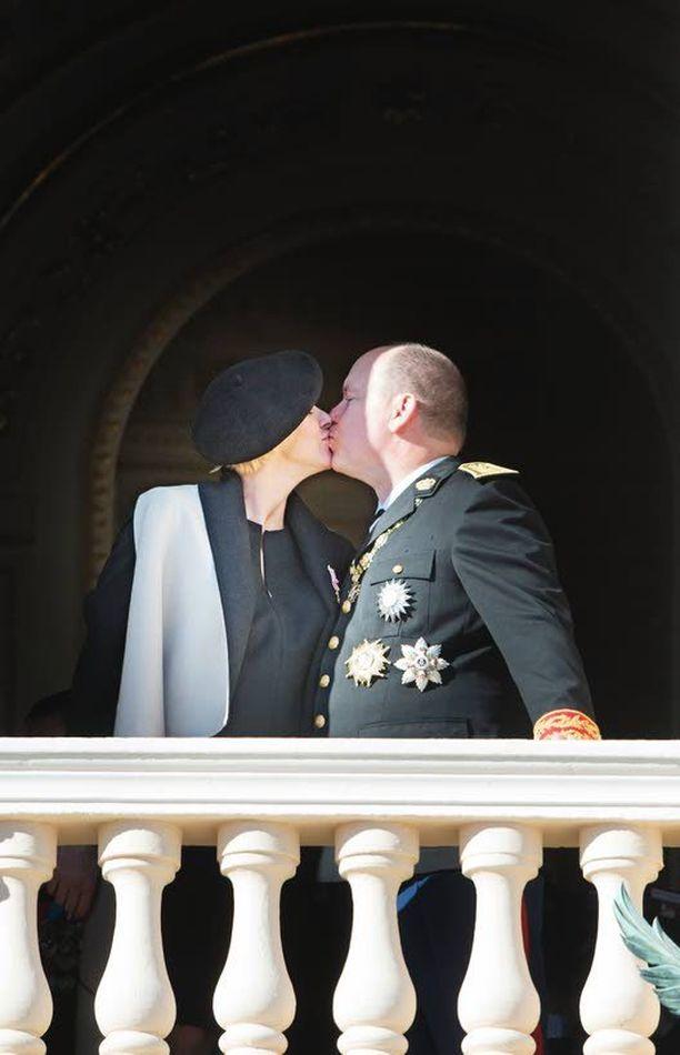 Rakkautta vain? Ruhtinaspari suukotteli kansan edessä viime marraskuussa Monacon kansallispäivänä. Charlene esitteli raskausvatsaansa.