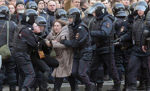 Mellakkapoliisi käytti rajuja otteita mielenosoittajia vastaan sunnuntaina Moskovassa.