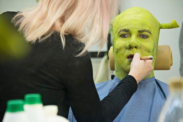 Shrekin maskeeraus on pitkä operaatio.