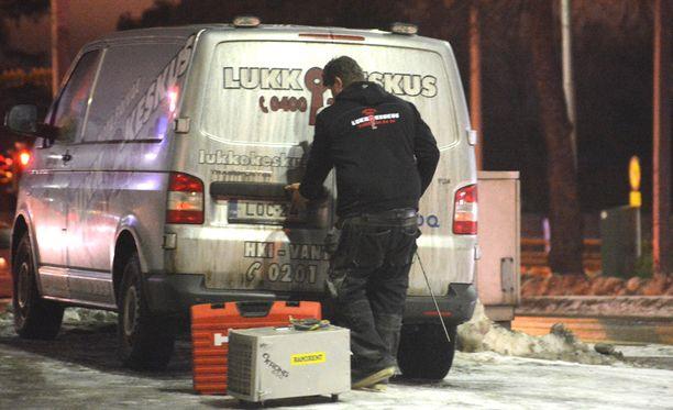 Tapahtumapaikalla oli maanantai-iltana kaksi helsinkiläisen lukkoseppäliikkeen autoa.