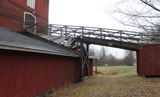 Leineperin Ruukin masuunirakennukseen vievä silta romahti Ulvilassa.