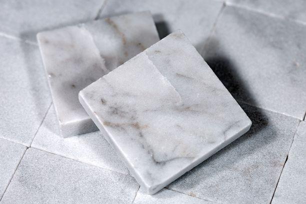 Jenkkinaisen marmorilaatat eivät olleet tarpeeksi identtisiä, sillä väriero oli silmiinpistävä. Kuvituskuva.