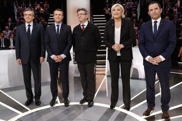 Ranskan presidenttiehdokkaat Francois Fillon (vas.), Emmanuel Macron, Jean-Luc Melenchon, Marine Le Pen ja Benoit Hamon poseerasivat ennen vaaliväittelyä 20. maaliskuuta.