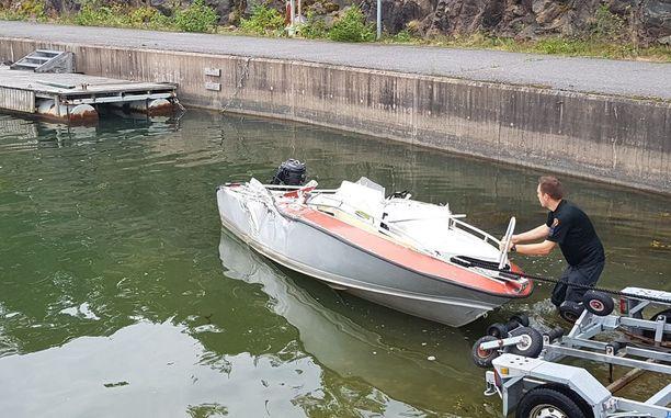 Tältä näyttää pienempi vene, joka jäi onnettomuudessa isomman veneen alle.