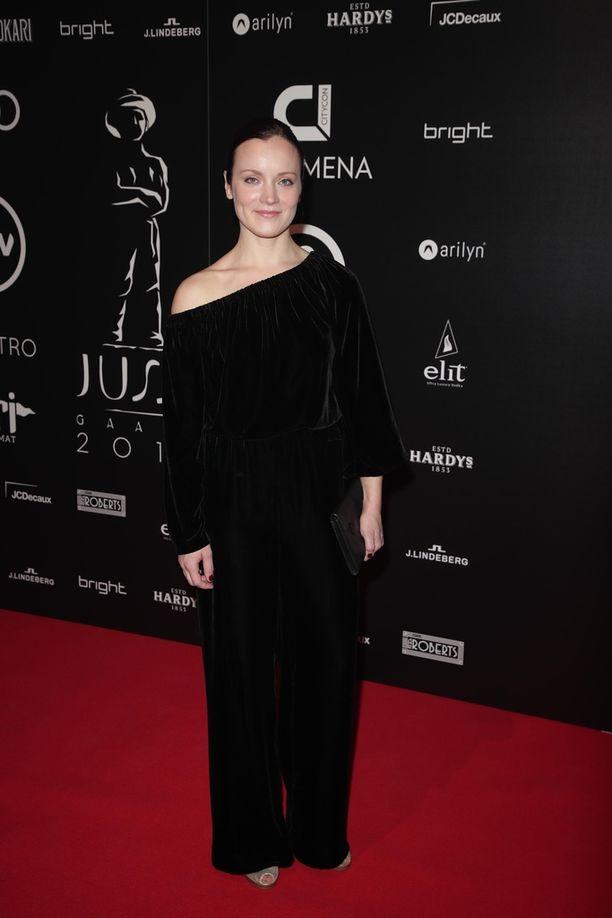 Elena Leeven yllä nähtiin musta tyylikäs asu.