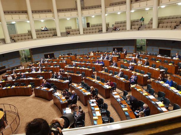 Tältä näytti eduskunnan täysi-istuntosalissa, kun kansanedustajat aloittivat ajankohtaiskeskustelun suomalaisten heikentyneestä maanpuolustustahdosta.