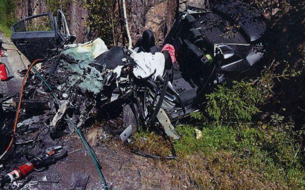 Varttunut pariskunta kuoli tapahtumapaikalla. Pelastushenkilökunta irrotti autosta katon.
