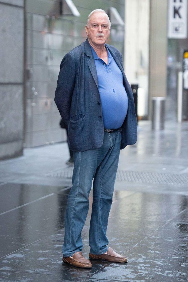 John Cleese lomaili heinäkuussa vaimonsa kanssa New Yorkissa. Syksyn aikana aviopari muuttaa Britanniasta Nevisiin.