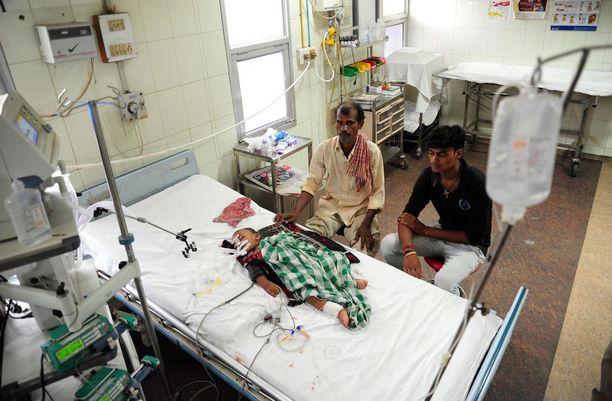 Lasta hoidetaan intialaisessa sairaalassa.