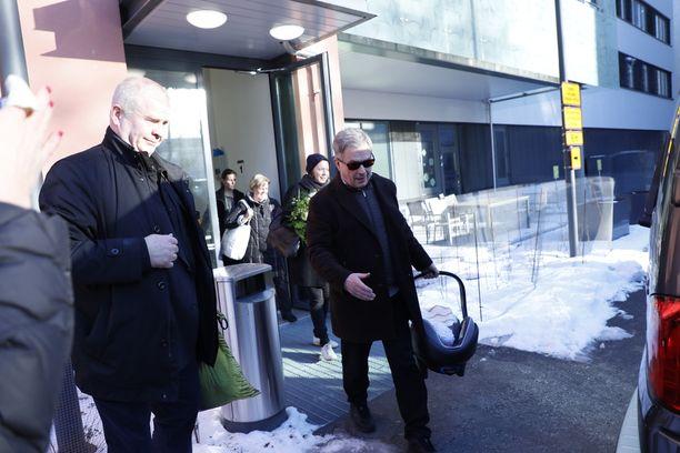 Sauli Niinistö sai kunniatehtävän kantaa presidenttiparin poikavauva autoon perheen poistuessa maanantaina Helsingin Naistenklinikalta.