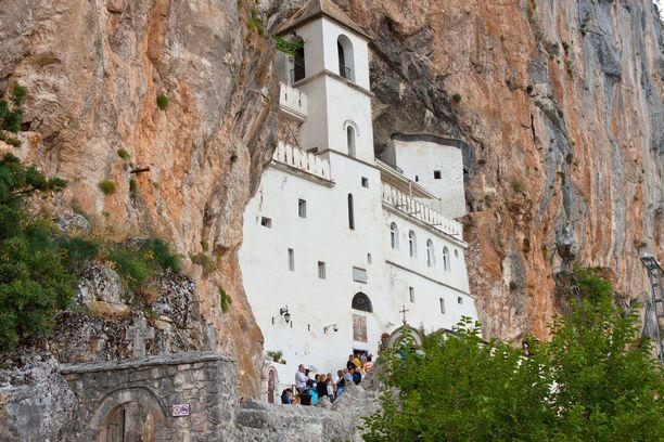 Ostrogin luostari on Montenegron tärkein pyhiinvaelluskohde.