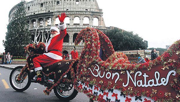 """JOLLEI JOULUNA OLE LUNTA... Rooman lapset — sikäli kuin pukkiin uskovat — voivat odottaa valkoparran saapuvan tänä vuonna isolla reellä varustetulla """"motoporolla""""."""
