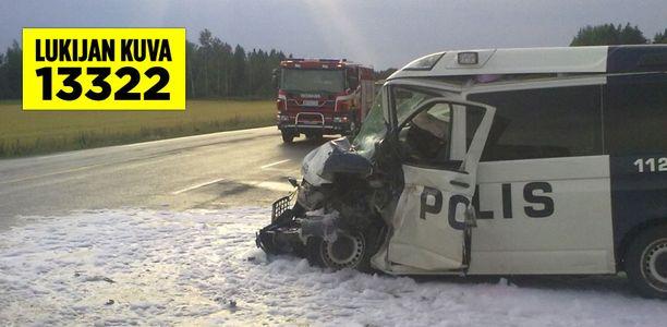 Poliisiauto meni pahasti ruttuun kolarissa.