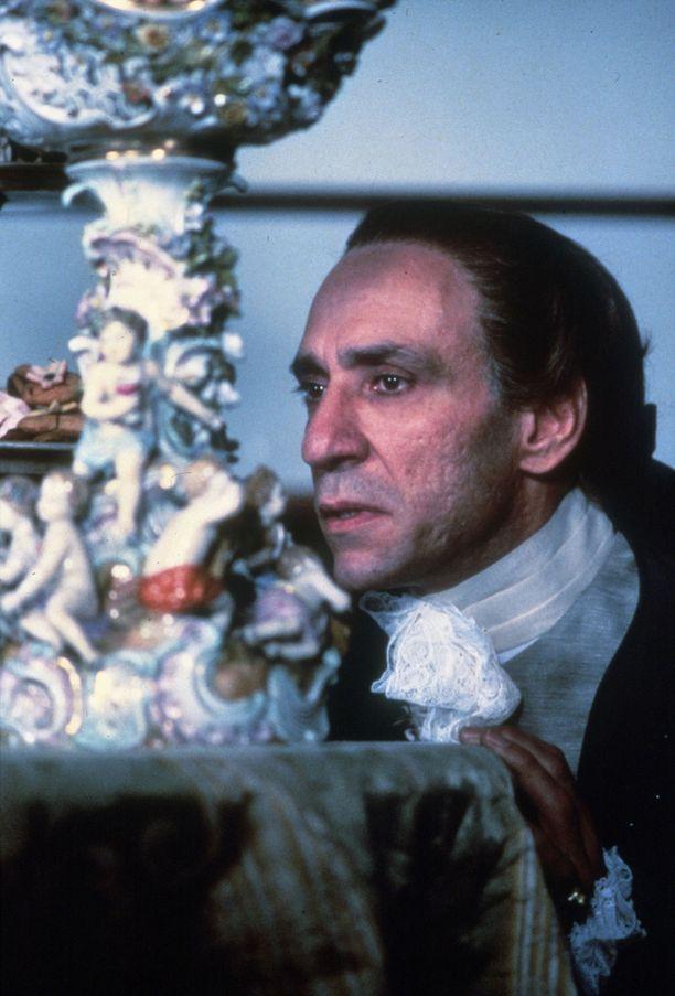 Amadeus-elokuvassa Salieri (Murray Abraham) kadehtii Mozartin jumalaista sävellystaitoa.