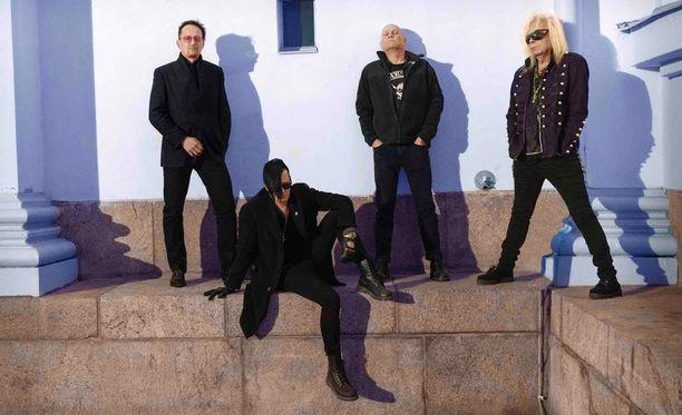 Black Parade -levyn julkaisevan Mustan Paraatin muodostavat kitaristi Saku Paasiniemi (oik.), rumpali Ykä, laulaja Jyrki Linnankivi ja basisti Panda.