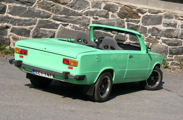 Petri Ikonen on itse rakentanut tämän vaaleanvihreän Ladan. Auto oli alunperin 4-ovinen sedan vuosimallia 1979. Poikkeusluvalla se muutettiin kaksioviseksi.