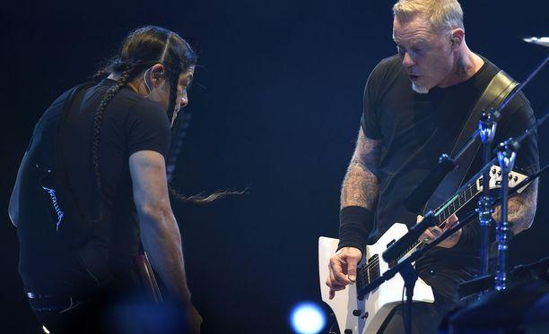 Metallica esiintyi kiertueellaan Suomessa kahdesti. Kuvassa Robert Trujillo (vas.) ja yhtyeen keulahahmo James Hetfield keikalla Prahassa huhtikuussa.
