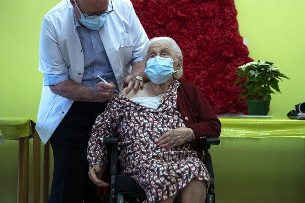 Rokotukset ovat kangerrelleet Euroopassa. 102-vuotias Josepha Delmotte (kuvassa) sai rokotteen La Bonne Maisonin hoitokodissa Belgian Monsissa.