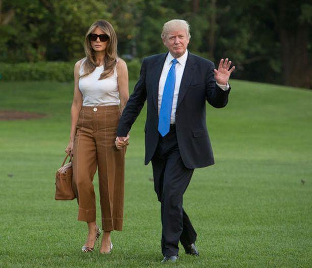 Donald Trump ja hänen Melania-vaimonsa kuvattiin Valkoisen talon pihalla.