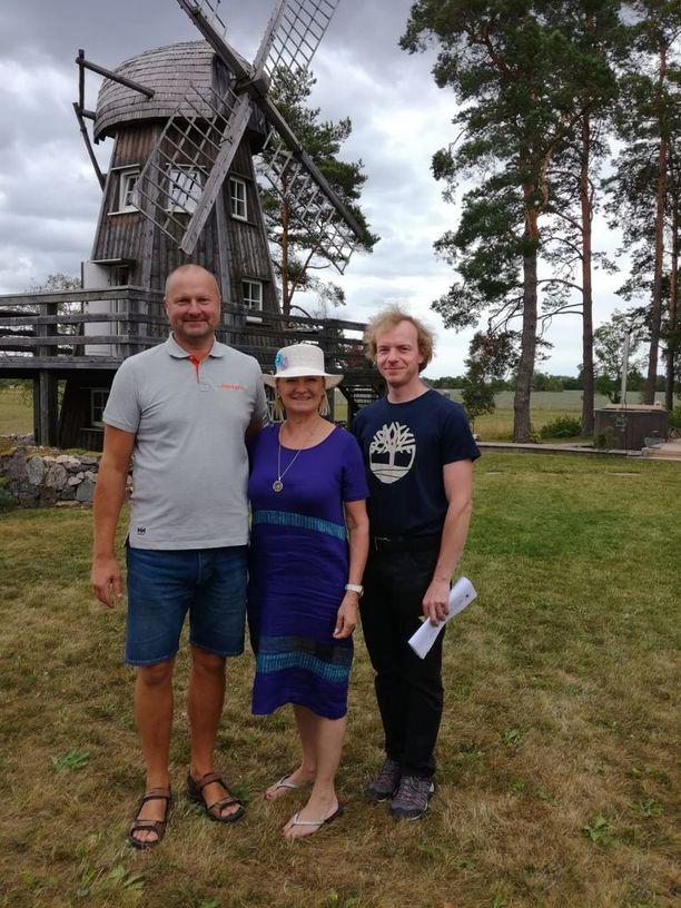 Rakentaja Veikko Veskimeister, Tarja Teräväinen ja arkkitehti Mihkel Koppel iloitsevat lopputuloksesta.