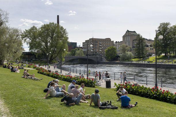 Ihmiset nauttivat kauniista viikonlopusta Tampereen Koskipuistossa. Kuvituskuva.