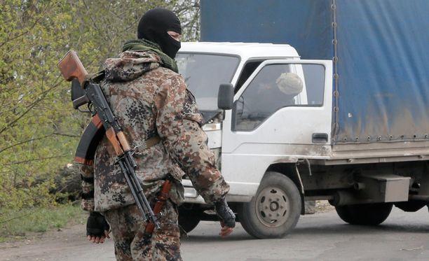 Venäjä-mieliset separatistit valvoivat sunnuntaina tietä lähellä Slovjanskia.