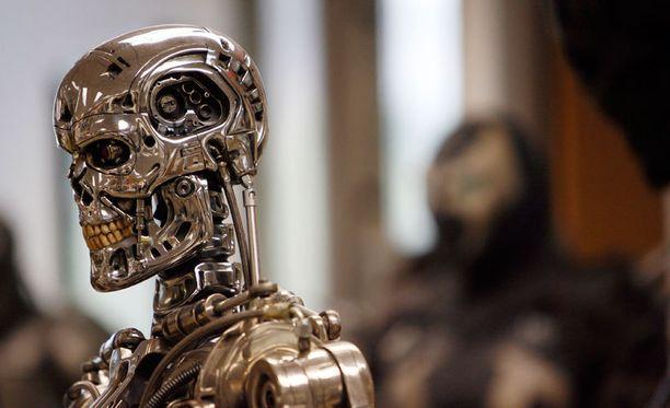 Terminaattorissa nestemäisestä metallista rakennettu T-1000 kylvi kauhua. Kuvassa Arnold Schwartzeneggerin esittämä perinteisempi malli T-800 näyttelyssä Hollywoodissa.
