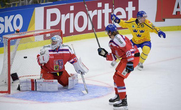 Ruotsi voitti Tsekin Karjala-turnauksen avausottelussa. Kuvassa Oscar Möller juhlii 2-2-osumaansa.