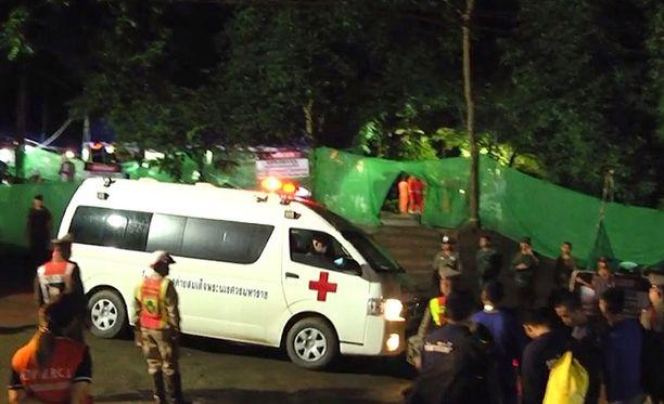 Luolasta pelastetut vietiin ambulanssilla Chiang Rain sairaalaan eilen sunnuntaina.
