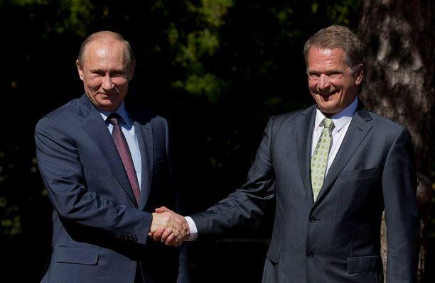 Suomen tasavallan presidentti Sauli Niinistö (oik.) ja Venäjän federaation presidentti Vladimir Putin vierailulla Naantalin kultarannassa kesäkuussa 2013, jolloin idän ja lännen suhteet olivat vielä toisenlaiset.