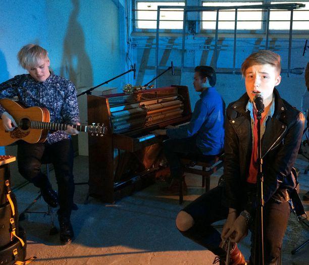 Isac Elliot käyttää Parachutessa aivan uudenlaista laulutekniikkaa.