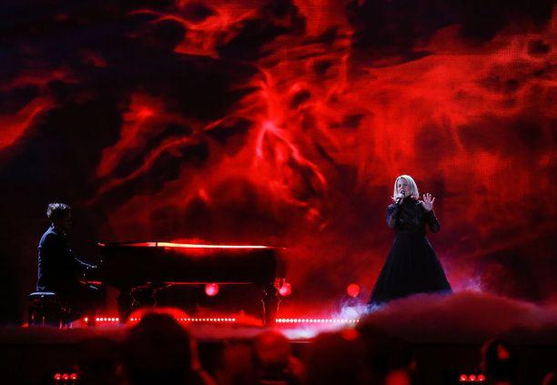 Norma John luo kohtalokkaan tunnelman Euroviisulavalle.