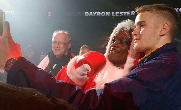 Dayron Lester ehti kuviin pukkiasussaan.