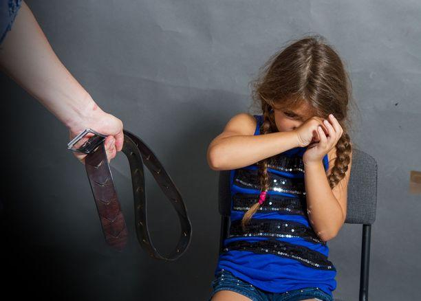 Lasten kurittaminen fyysisesti on Suomessakin yleistä pitkään voimassa olleesta kiellosta huolimatta. Lastensuojelun keskusliiton (2017) mukaan noin 40 prosenttia oli käyttänyt jonkinlaista kurituskeinoa lapsiinsa. Yleisintä oli tukistaminen, jota oli tehnyt joka neljäs. Lastaan läimäyttäneitä oli kahdeksan prosenttia vastanneista ja piiskanneita prosentti.