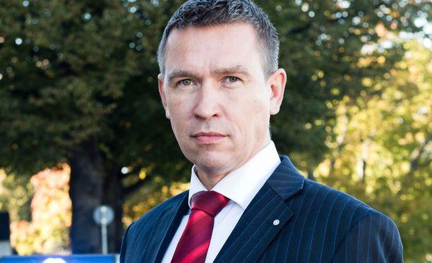 Pitkän uran poliisina tehnyt kansanedustaja Tom Packalén (ps) vastustaa hallintarekisteriä.