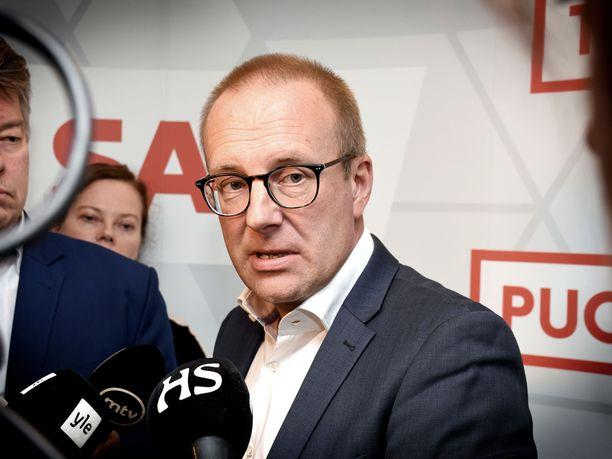 SAK:n puheenjohtaja Jarkko Eloranta kommentoi keskusjärjestön kantaa hallituksen irtisanomislakikompromissiin järjestön tiloissa Helsingin Hakaniemessä.