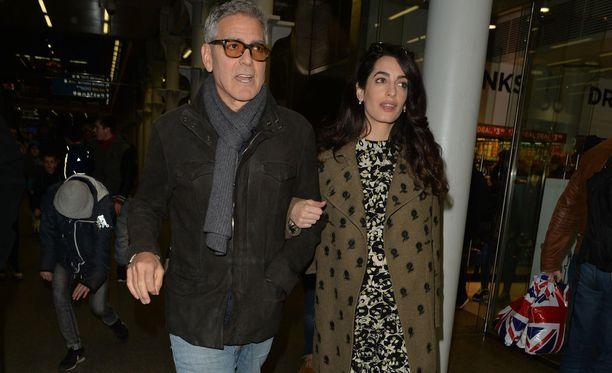 George ja Amal Clooney ovat uraihmisiä ja hyväntekijöitä. Pariskunta kuvattuna Lontoossa talvella 2017.