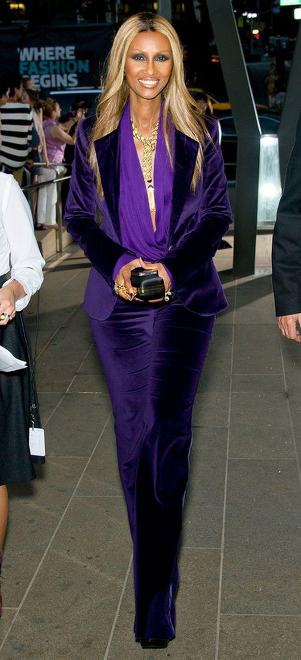 Huippumalli Iman edusti koko violetissa.