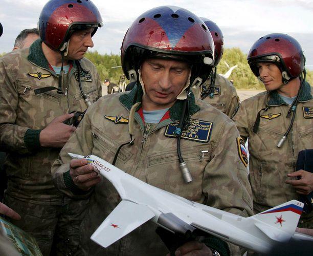 Venäjän presidentti Vladimir Putin tutkii TU-160 pommittajan pienoismallia sotilaslentokentällä Murmanskin alueella.