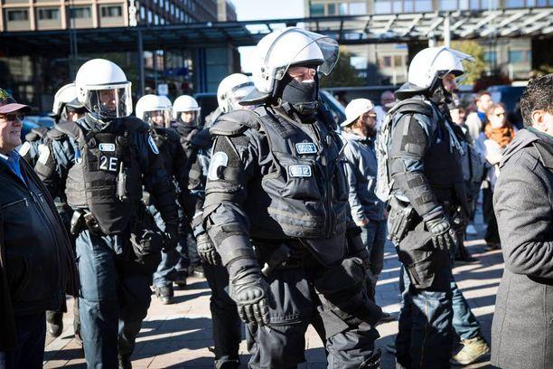 Rasismia vastaan mieltään osoittaneet tulivat kuitenkin joukolla turvapaikanhakijoita vastustaneen mielenosoituksen puolelle, jolloin mellakkapoliisit lähtivät liikkeelle.