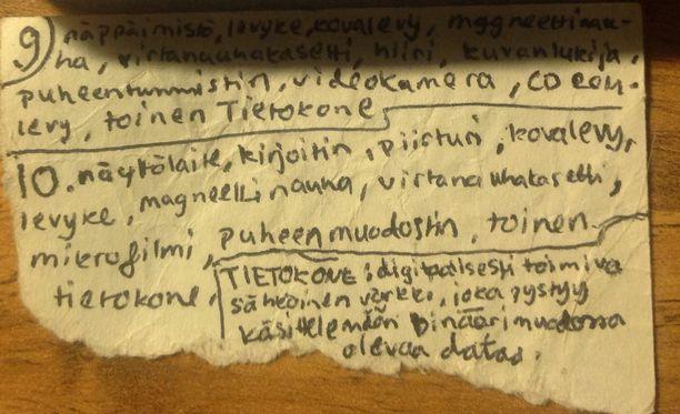 Vuonna 1994 kirjoitettu lunttilappu löytyi muuton yhteydessä. Siinä on tekstiä molemmilla puolilla ja Marian mukaan ainakin 100 sanaa.